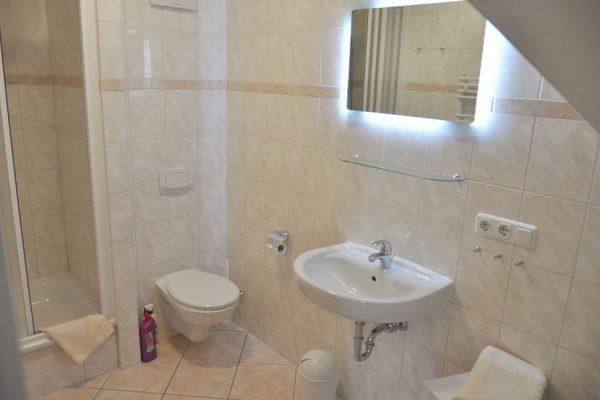 badezimmer-der-fewo-in-alt-reddevitz-auf-ruegen-karolas-landhus-unterkunft-7