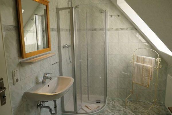 badezimmer-maisonette-ferienwohnung-ruegen-karolas-landhus-alt-reddevitz-4+8