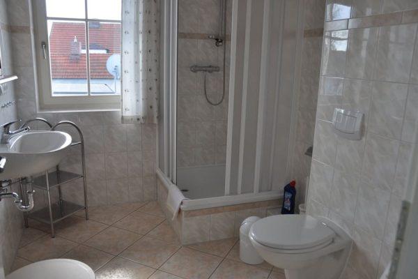 badezimmer-mit-dusche-ferienwohnung-karolas-landhus-alt-reddevitz-ruegen-5+9