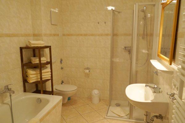 badezimmer-unterkunft-in-alt-reddevitz-auf-ruegen-karolas-landhus-fewo-1+2+3