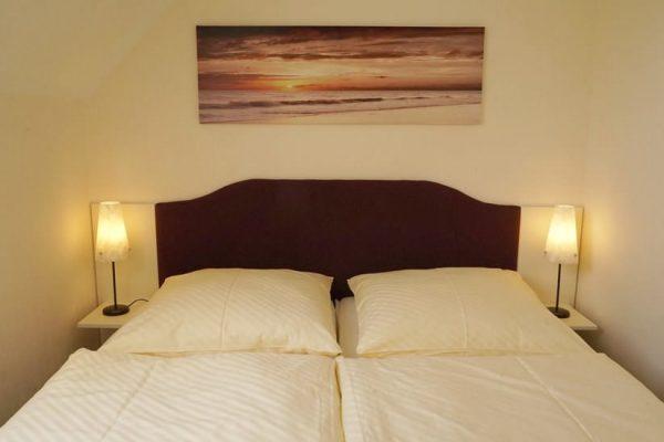 schlafzimmer-dachgeschoss-karolas-landhus-alt-reddevitz-auf-ruegen-4+8