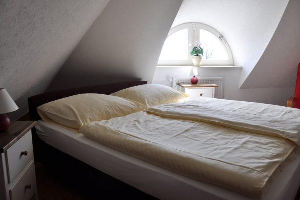 schlafzimmer-maisonette-ferienwohnung-karolas-landhus-alt-reddevitz-auf-ruegen-5+9