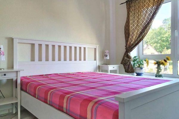 schlafzimmer-ferienwohnung-haus-holstein-am-kurpark-in-sellin-auf-ruegen