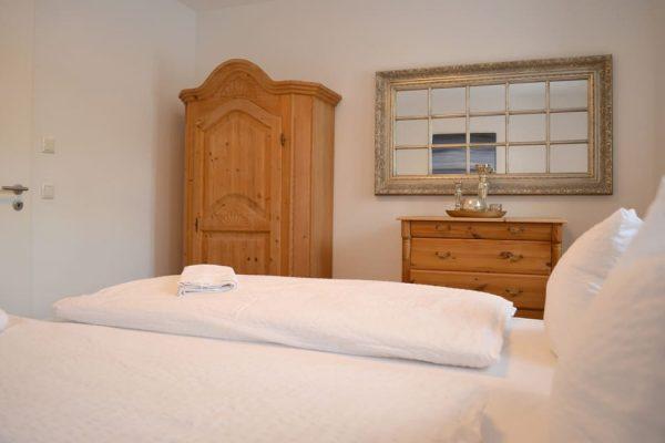 haus-besch-alt-reddevitz-ruegen-apartment-auszeit-am-meer-schlafzimmer-mit-doppelbett