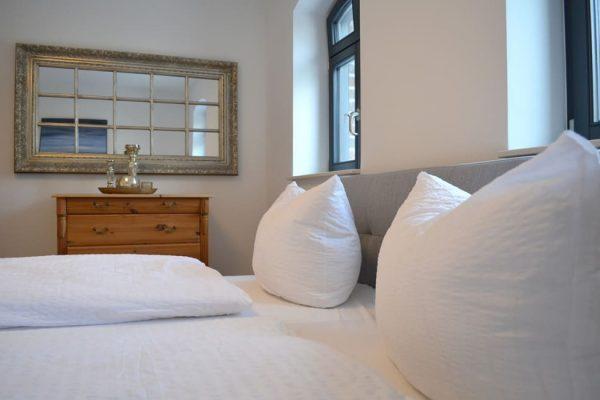 haus-besch-alt-reddevitz-ruegen-apartment-auszeit-am-meer-schlafzimmer-doppelbett