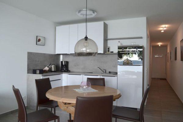 haus-besch-alt-reddevitz-apartment-auszeit-am-meer-kueche-essbereich