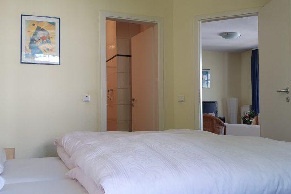 villa-sanddorn-in-binz-wohnung-27-schlafzimmer-mit-doppelbett