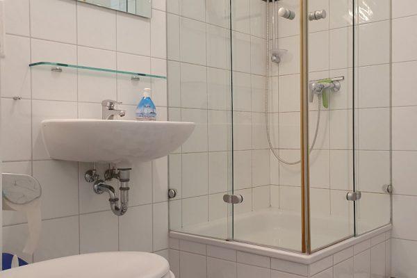 villa-sanddorn-ostseebad-binz-wohnung-27-bad-mit-dusche-und-wc
