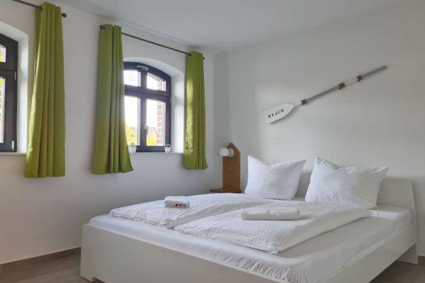 haus-besch-alt-reddevitz-apartment-wellenrauschen-schlafzimmer-mit-doppelbett
