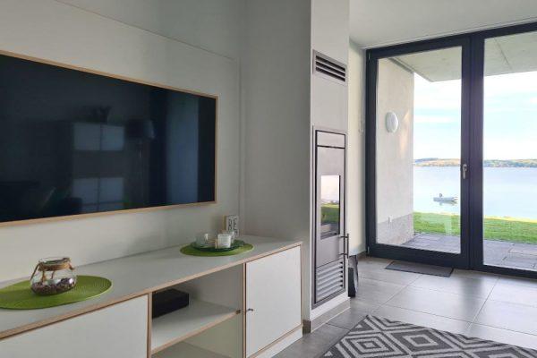haus-besch-alt-reddevitz-apartment-wellenrauschen-wohnbereich-mit-smart-tv-und-kamin