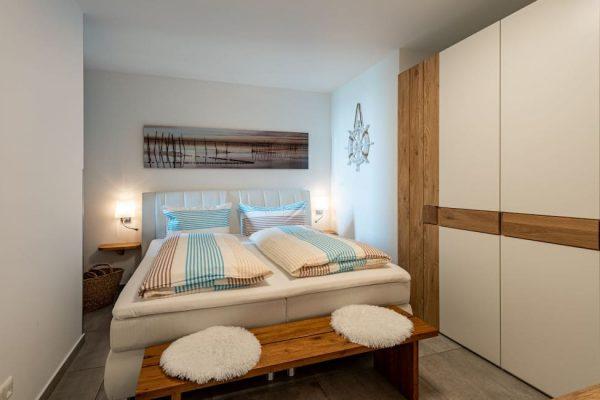 haus-besch-alt-reddevitz-auf-ruegen-apartment-traumblick-schlafen1-mit-boxspringbett-und-kleiderschrank