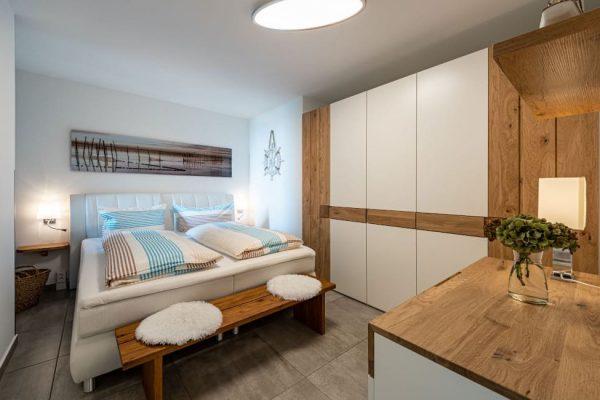 haus-besch-alt-reddevitz-ruegen-apartment-traumblick-schlafzimmer1-mit-boxspringbett