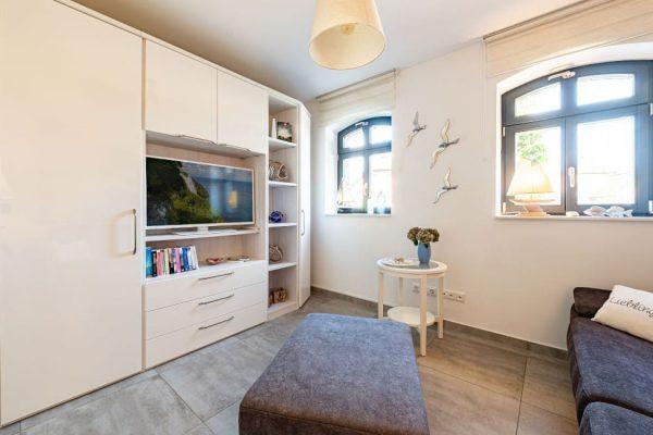 haus-besch-alt-reddevitz-auf-ruegen-apartment-traumblick-schlafzimmer2-mit-schlafcouch-und-tv