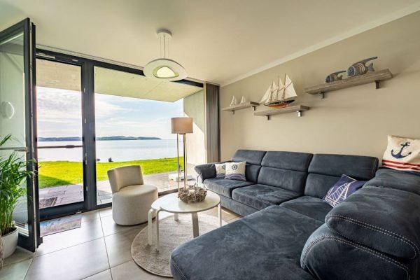 haus-besch-alt-reddevitz-apartment-traumblick-couch-wohnbereich-mit-kamin
