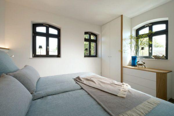 haus-besch-alt-reddevitz-apartment-fischerstrand-schlafzimmer-mit-doppelbett-und-kleiderschrank