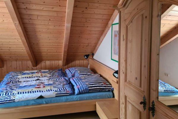 ferienwohnung-boddenblick-thiessow-schlafzimmer-1-mit-doppelbett-und-kleiderschrank