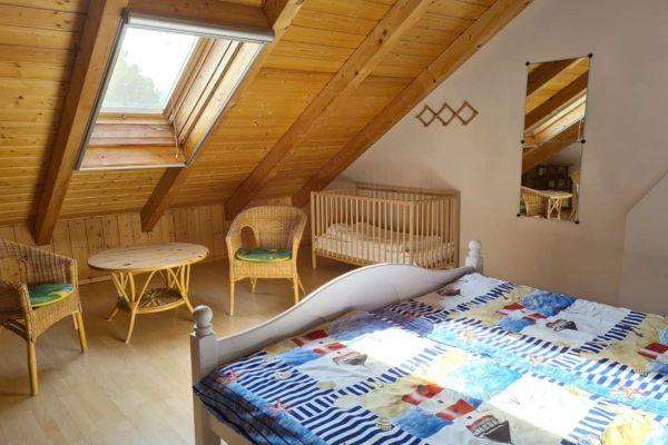 ferienwohnung-boddenblick-thiessow-schlafzimmer-1-mit-doppelbett-und-kinderbett