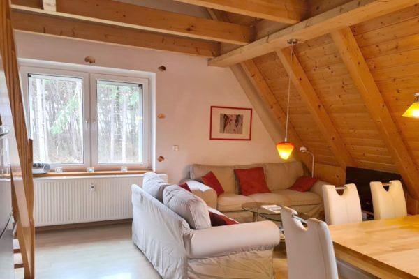 ferienwohnung-boddenblick-thiessow-wohnbereich-mit-couch-und-flachbild-tv
