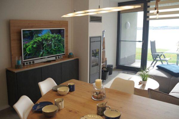 haus-besch-alt-reddevitz-apartment-casa-des-mar-wohnbereich-mit-smart-tv-und-kamin