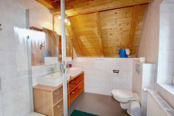 ferienwohnung-boddenblick-thiessow-tageslichtbad-mit-dusche-und-wc-doppelwaschbecken