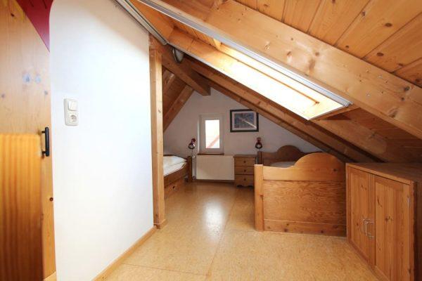 ferienwohnung-boddenblick-thiessow-schlafzimmer-galerie-mit-2-einzelbetten