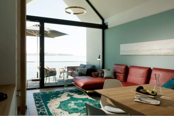haus-besch-alt-reddevitz-apartment-fischerstrand-wohnbereich-mit-couch-flachbild-tv