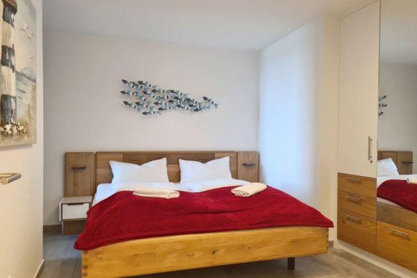 haus-besch-alt-reddevitz-apartment-casa-del-mar-schlafzimmer-mit-doppelbett
