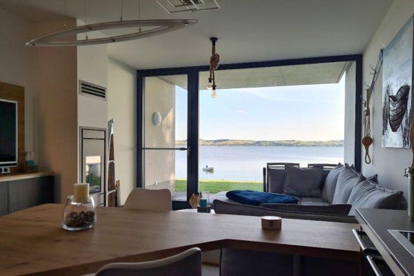 haus-besch-alt-reddevitz-apartment-casa-del-mar-wohnbereich-mit-kamin-und-smart-tv