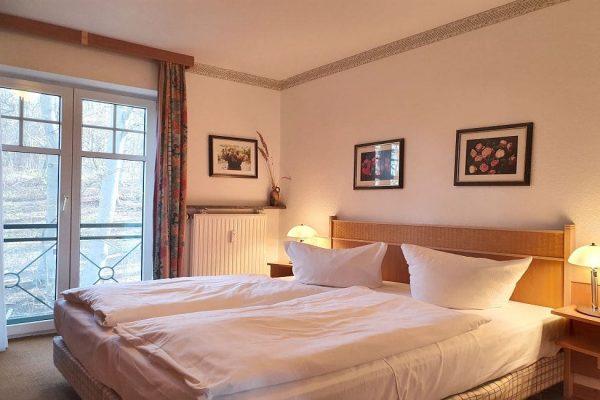 waldschloesschen-sellin-wohnung-12-schlafzimmer-mit-doppelbett-und-kleiderschrank