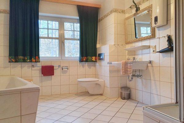 waldschloesschen-sellin-wohnung-12-tageslichtbad-mit-dusche-badewanne-und-wc