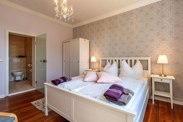villa-wahnfried-in-thiessow-mit-doppelbett-wohn-schlafbereich