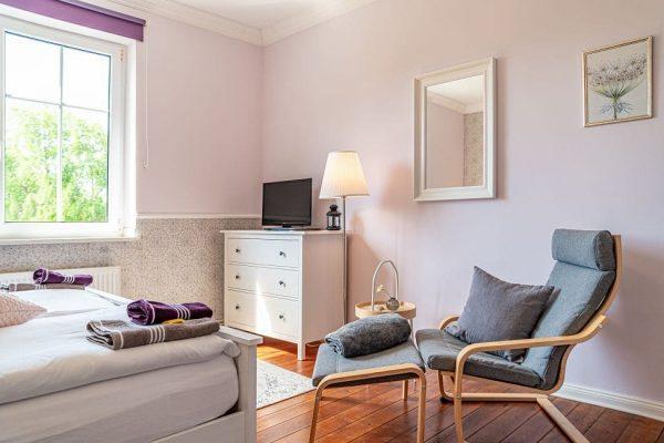 villa-wahnfried-ostseebad-thiessow-doppelzimmer-3-wohnbereich-mit-flachbild-tv