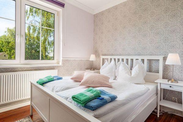 villa-wahnfried-pension-in-thiessow-doppelzimmer-4-mit-doppelbett-und-flachbild-tv