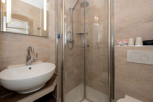 villa-wahnfried-im-ostseebad-thiessow-auf-moenchgut-doppelzimmer-4-modernes-duschbad
