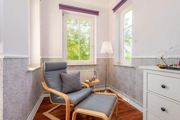 villa-wahnfried-pension-in-thiessow-doppelzimmer-5-mit-schwingsessel