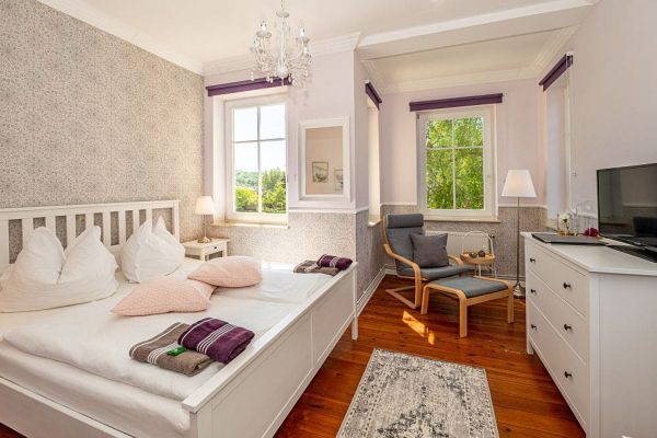 villa-wahnfried-in-thiessow-doppelzimmer-5-wohn-und-schlafbereich-mit-flachbild-tv