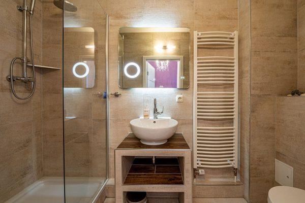 pension-villa-wahnfried-in-thiessow-auf-ruegen-modernes-bad-doppelzimmer-6
