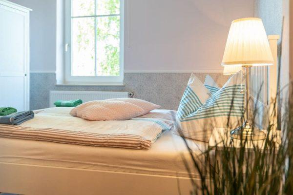 pension-villa-wahnfried-im-ostseebad-thiessow-auf-ruegen-detailbild-doppelbett