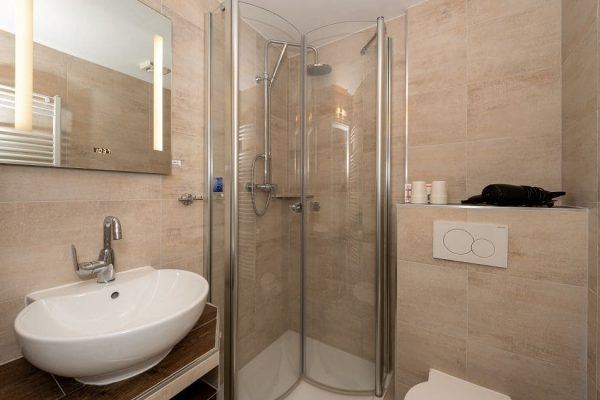 pension-villa-wahnfried-haus-der-ruhe-im-ostseebad-thiessow-modernes-bad-mit-dusche-und-wc
