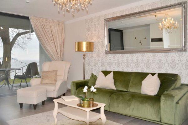 haus-besch-alt-reddevitz-apartment-preussische-boddensuite-couchgarnitur-wohnbereich