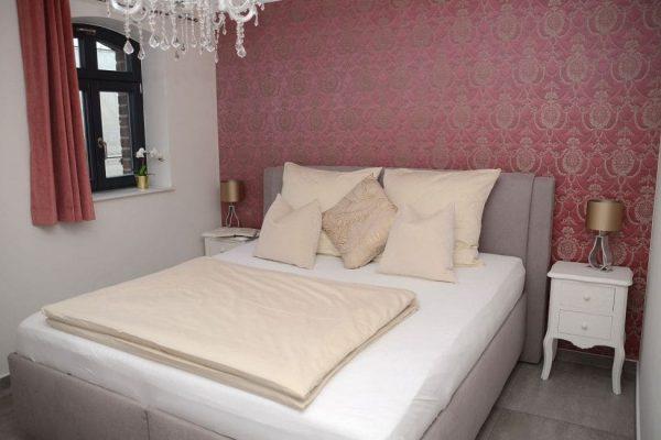 haus-besch-alt-reddevitz-apartment-preussische-boddensuite-schlafzimmer-mit gemuetlichem-doppelbett