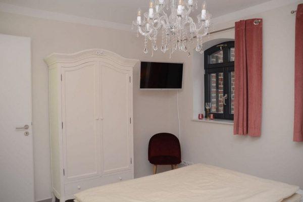 haus-besch-alt-reddevitz-apartment-preussische-boddensuite-schlafzimmer-mit-doppelbett-und-smart-tv