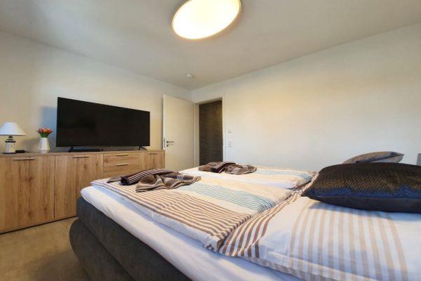 haus-besch-alt-reddevitz-auf-ruegen-apartment-fernweh-10-smart-tv-im-schlafzimmer