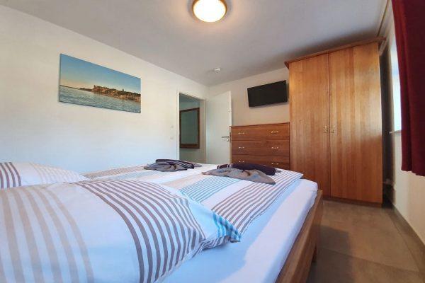haus-besch-in-alt-reddevitz-kleine-kapitaenskajuete-wohnung-7-schlafzimmer-mit-doppelbett-und-tv