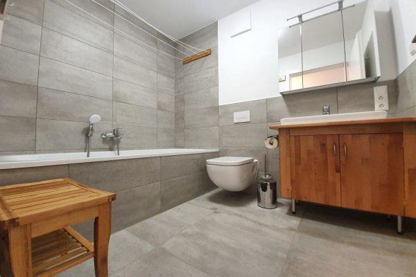 haus-besch-in-alt-reddevitz-kleine-kapitaenskajuete-auf-ruegen-badezimmer-mit-badewanne-und-wc