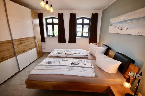 haus-besch-alt-reddevitz-auf-ruegen-apartment-liebelingsplatz-am-meer-moenchgut-schlafzimmer-mit-doppelbett