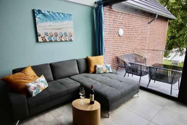 haus-besch-alt-reddevitz-auf-ruegen-apartment-2-gemuetliche-couch-im-wohnbereich